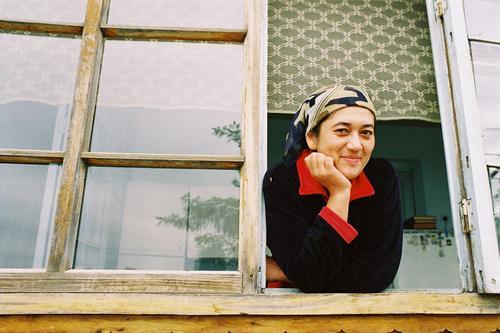 Sultana Fenster Frau Porträt Kopftuch Fensterscheibe Sympathie Gesicht Zufriedenheit ruhig Gelassenheit Blick entdecken Aussehen Aussicht Freude Türken Asien