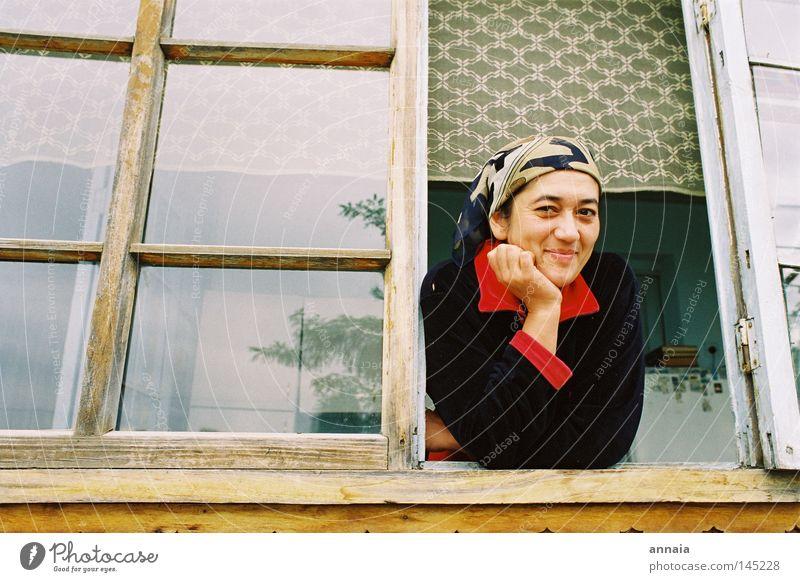 Sultana Frau Freude Gesicht ruhig Fenster lachen Zufriedenheit Aussicht Asien Vertrauen Gelassenheit entdecken Fensterscheibe Aussehen Sympathie