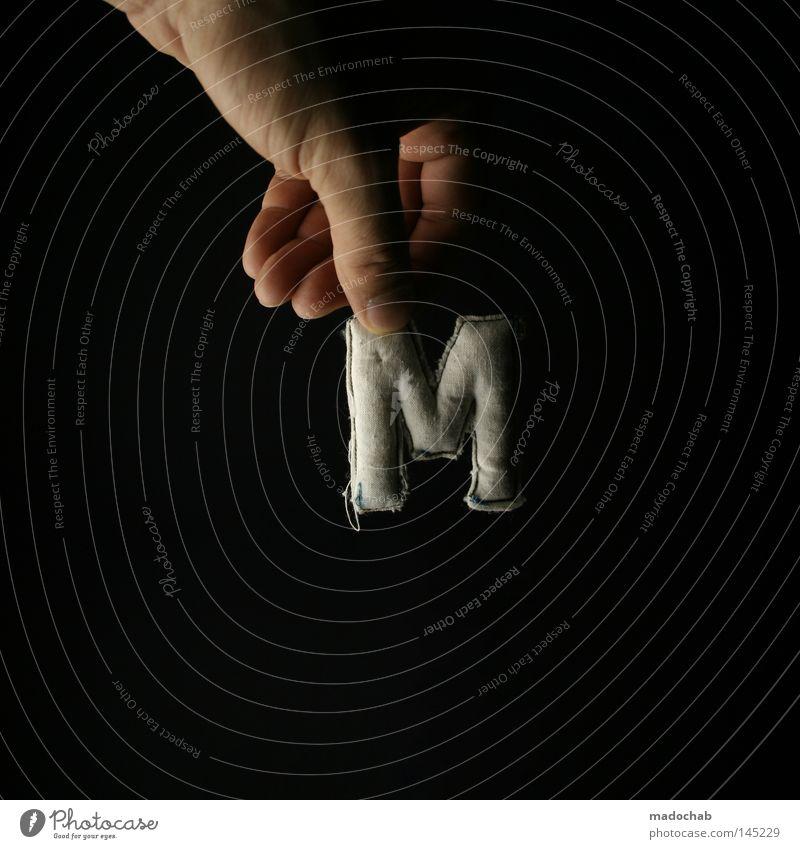 M wie ... Hand Stoff festhalten Symbolismus dreidimensional haltend Großbuchstabe Anfangsbuchstabe Vor dunklem Hintergrund Lateinische Schrift