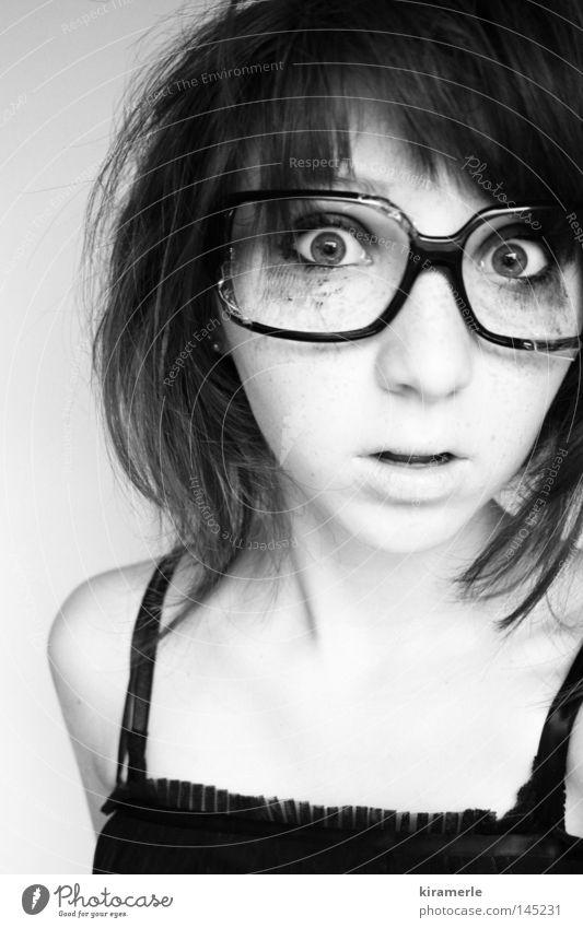 Ich sehe was, was du nicht siehst und das ist die Realität Haare & Frisuren Angst Mund Brille Kleid Schminke Panik erstaunt Schock Schrecken ungeheuerlich