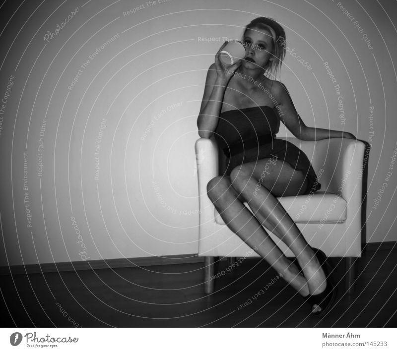 Vorglühen Frau Freude Erholung Holz Beine Schuhe Feste & Feiern Körper blond Arme Glas sitzen Getränk Bekleidung Bodenbelag trinken