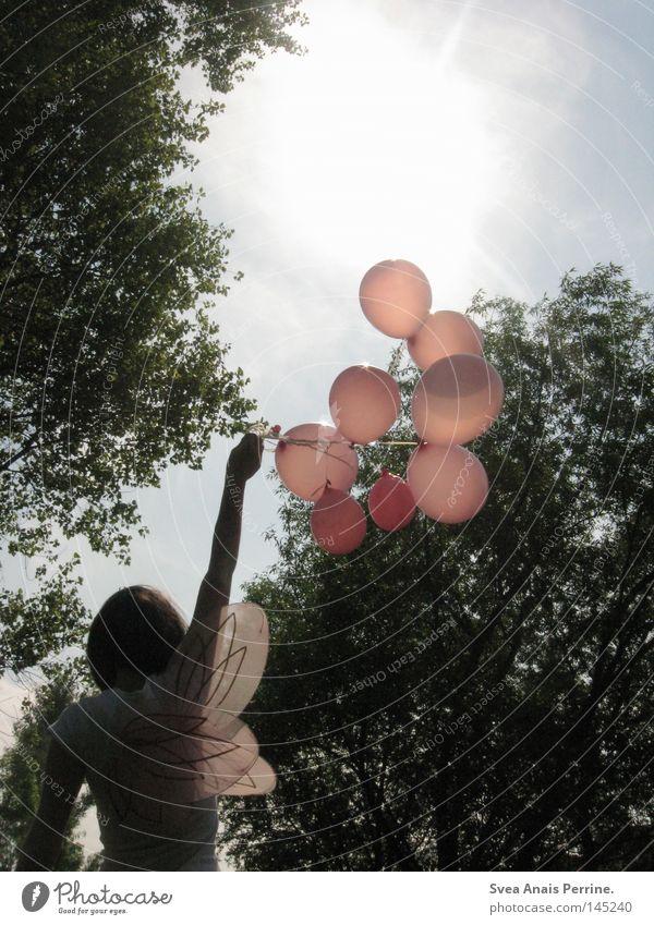 wir werden helden sein, wenn das so weiter geht Frau Mädchen Kleid weiß rosa Flügel Luftballon Baum Sonne Einsamkeit Arme hoch schön süß festhalten fliegen Fee