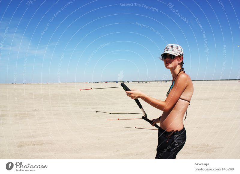 Drachen wollen fliegen Frau schön Himmel blau Sommer Freude Strand Ferien & Urlaub & Reisen schwarz Sport feminin Sand Wärme Gesundheit Erwachsene
