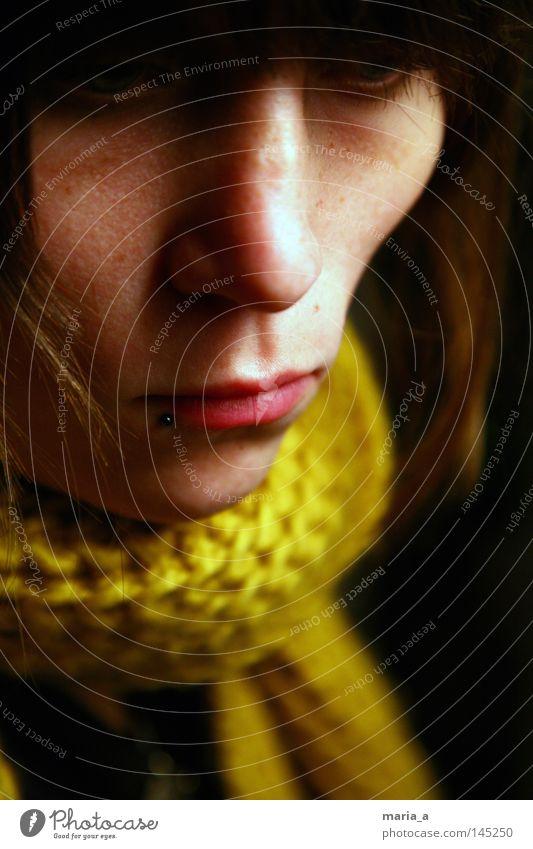 trauer Trauer Tränen Einsamkeit hängen lassen Mund Nase Piercing Lippen Haare & Frisuren Pony Schal gelb gestrickt Physik Winter verpackt kalt dunkel Mensch