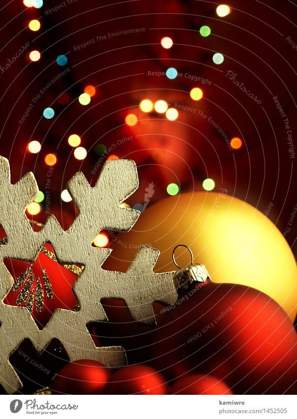 Große hölzerne Schneeflocke und Weihnachtsbälle. Design Glück schön Winter Dekoration & Verzierung Feste & Feiern Weihnachten & Advent Ornament glänzend hell