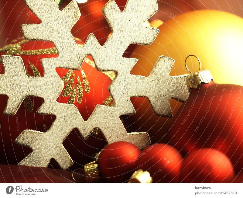 Große hölzerne Schneeflocke und Weihnachtsbälle. Weihnachten & Advent grün schön Farbe rot Winter Glück Feste & Feiern hell Design glänzend