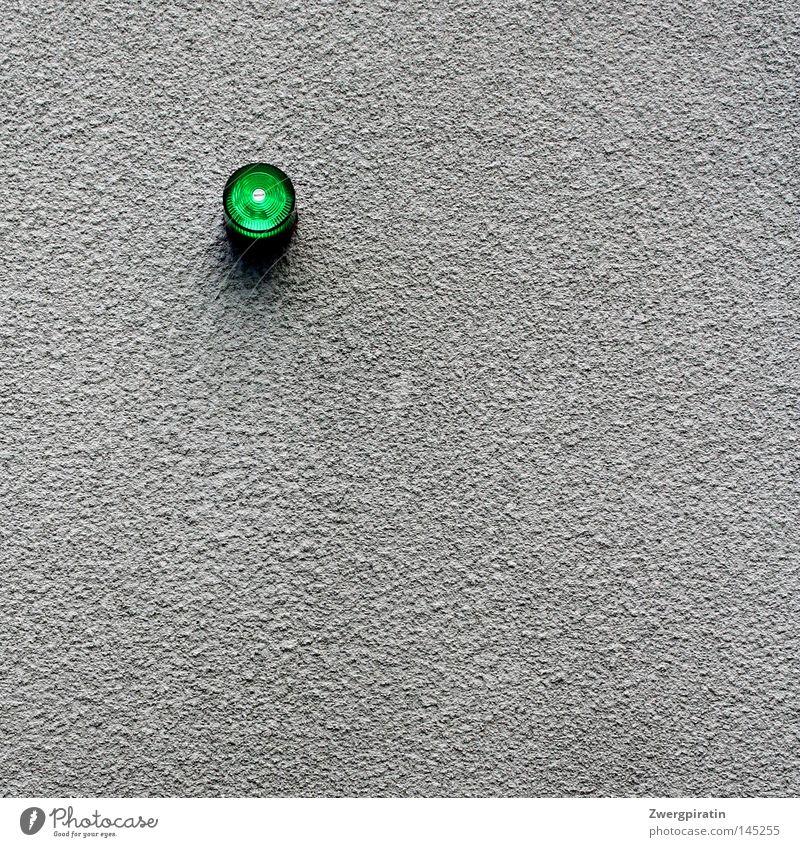 Kleine grüne Alarmleuchte... Lampe Wand grau trist Putz Signal minimalistisch Warnleuchte signalisieren Alarmanlage Warnsignal Signalanlage