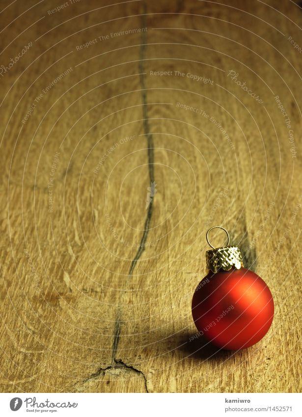 Rote Weihnachtskugel. Design Glück Winter Dekoration & Verzierung Tisch Feste & Feiern Weihnachten & Advent Natur Pflanze Holz Ornament alt dunkel natürlich neu
