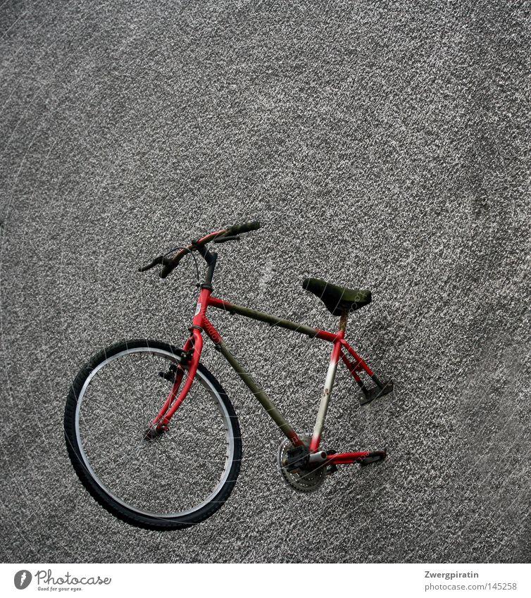 Die bessere Hälfte grün rot schwarz Wand grau Fahrrad dreckig trist Werbung Ladengeschäft Rad Langeweile Reifen Hälfte Pedal schrauben