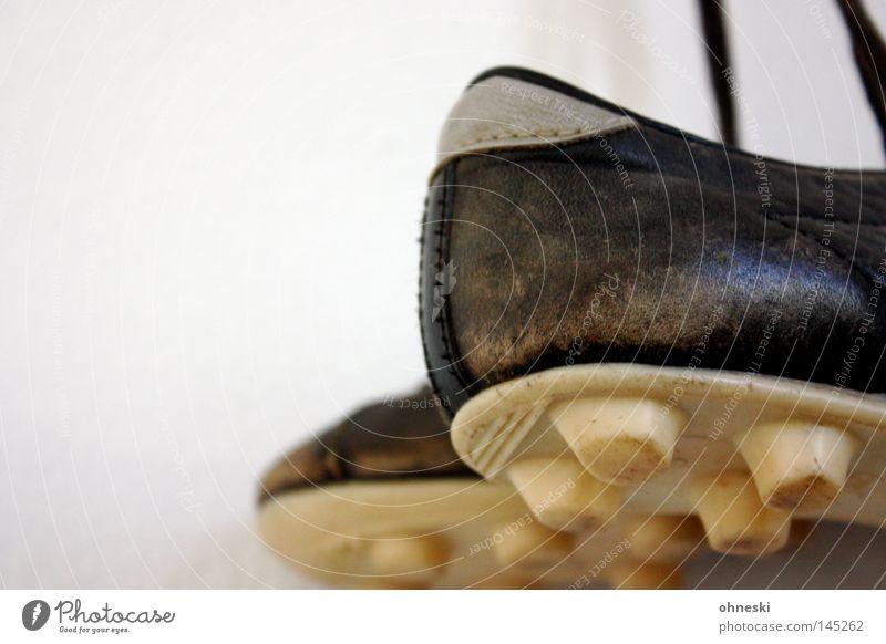 Hacke, Spitze, 1,2,3 schwarz Sport Fußball Bildausschnitt Anschnitt Objektfotografie Ballsport Noppe Schuhsohle Fußballschuhe Vor hellem Hintergrund