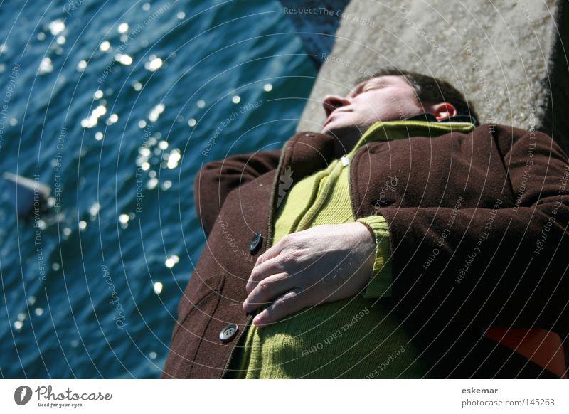 Siesta Mann liegen Mauer Meer Pause Erholung Mittagsschlaf schlafen Sonnenbad Wasser See Seeufer 50 Plus schwarzhaarig Natur Haare & Frisuren maskulin