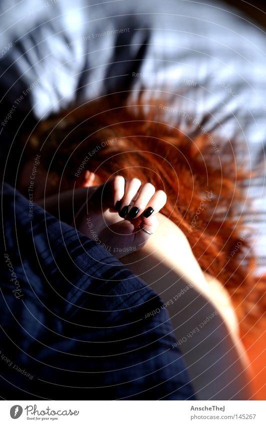 sonntagmorgen Mensch Frau Sonne Hand Erwachsene feminin Haare & Frisuren Finger schlafen langhaarig rothaarig Schlafzimmer aufwachen Sonntag verschlafen