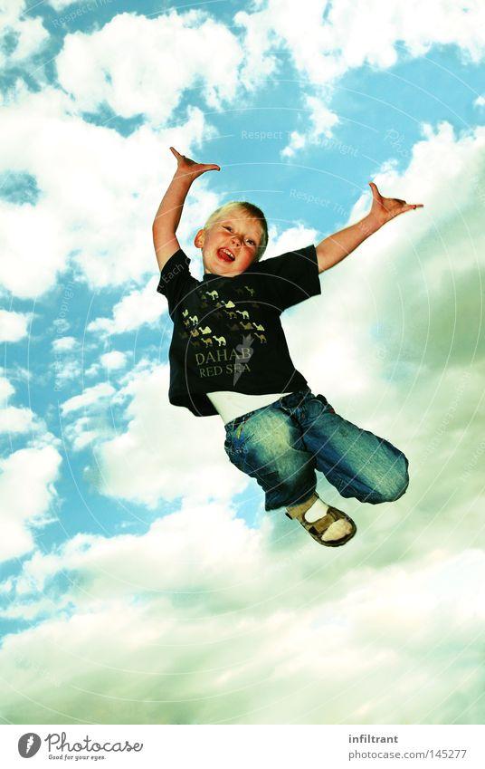 Ich kann fliegen Kind Himmel Freude Wolken oben Junge springen hoch wild Luftverkehr aufwärts hüpfen Funsport Übermut
