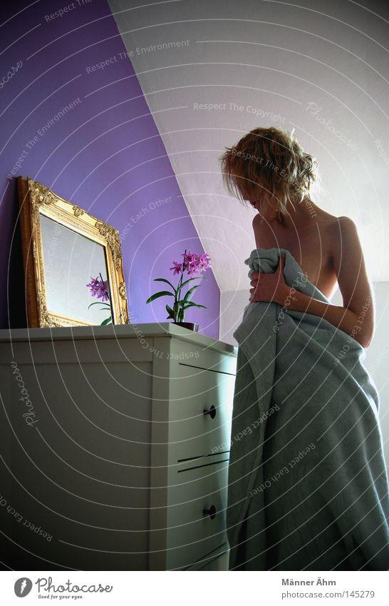 Immer wenn du weg bist, ... Kommode Schrank Möbel weiß Knauf Spiegel Schnörkel Blume Pflanze grün Blüte Frau nackt Körperhaltung Trauer Einsamkeit Wahrheit Wand