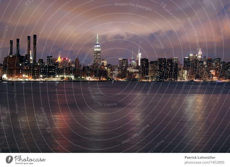 Abendstimmung in New York Stadt Wasser Wolken Umwelt Architektur Beleuchtung Gebäude außergewöhnlich Stimmung glänzend Büro Hochhaus Fluss Bauwerk USA Fabrik