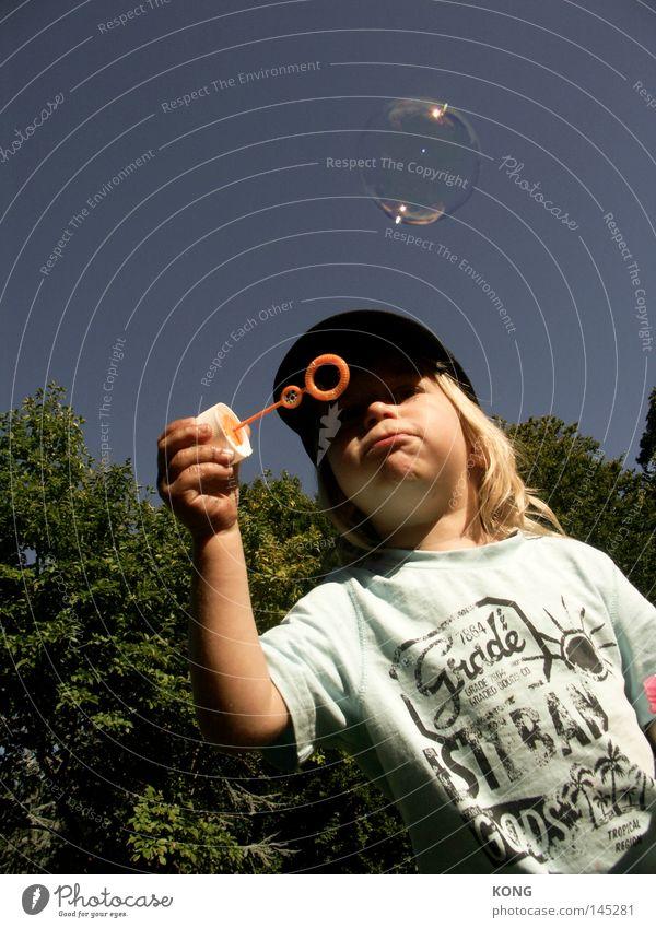 plop Kind Freude Junge Spielen Luft Haut klein Glas dünn Spielzeug Kugel Kindheit Blase blasen leicht Kleinkind