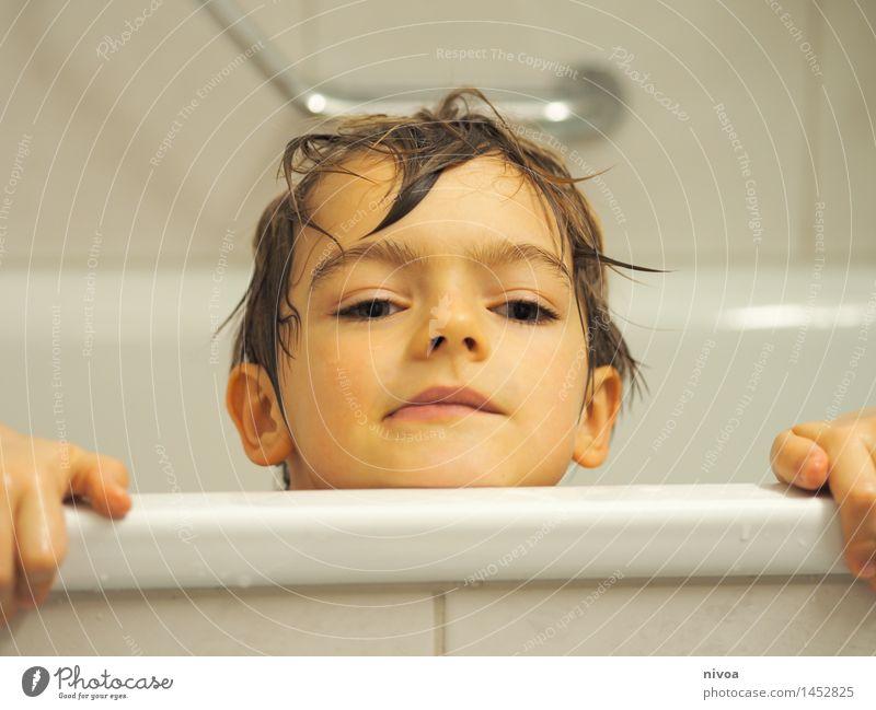 aufgetaucht Erholung Spa Mensch maskulin Kind Junge Kopf 1 3-8 Jahre Kindheit Wasser kurzhaarig beobachten genießen hocken Schwimmen & Baden frech nass