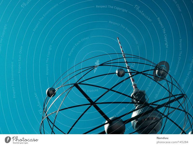 Zeit und Universum Himmel Sommer Berlin Satellit Vergänglichkeit fantastisch analog Weltall Denkmal Raumfahrzeuge Wahrzeichen Berliner Fernsehturm Dia