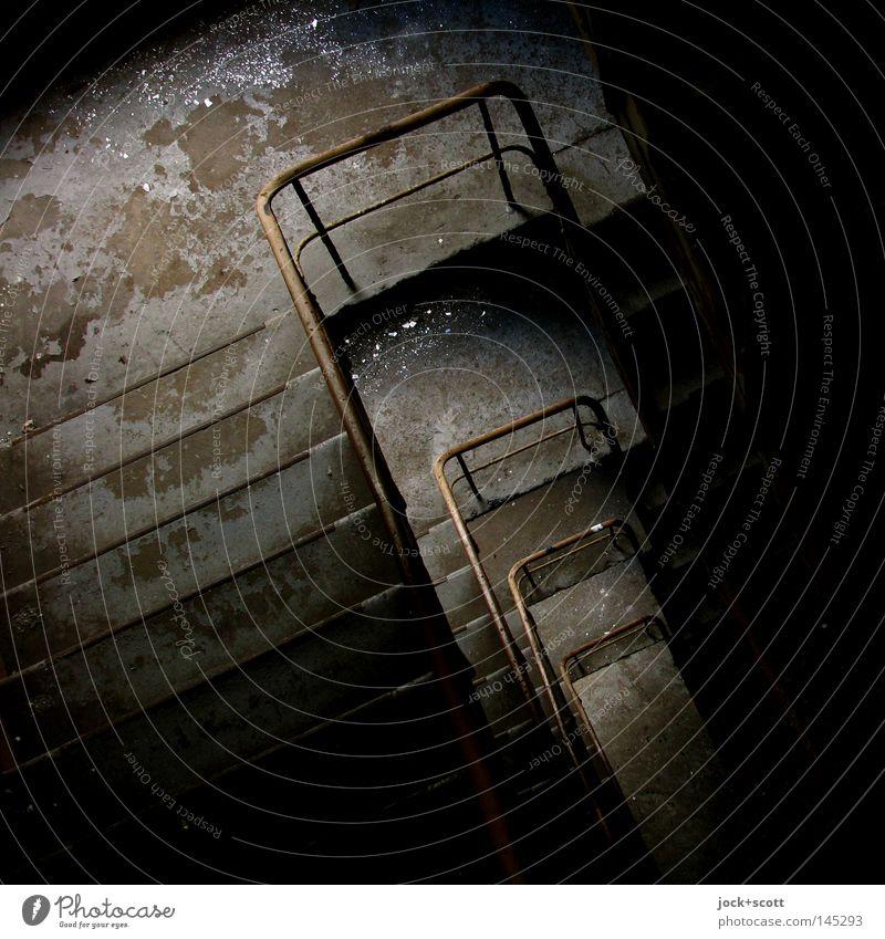 Ecke Treppe / Potsdam Metall alt stehen dunkel hoch Stimmung Einsamkeit Ordnung Vergänglichkeit Niveau Scherbe Ebene Treppengeländer Lichteinfall Treppenhaus