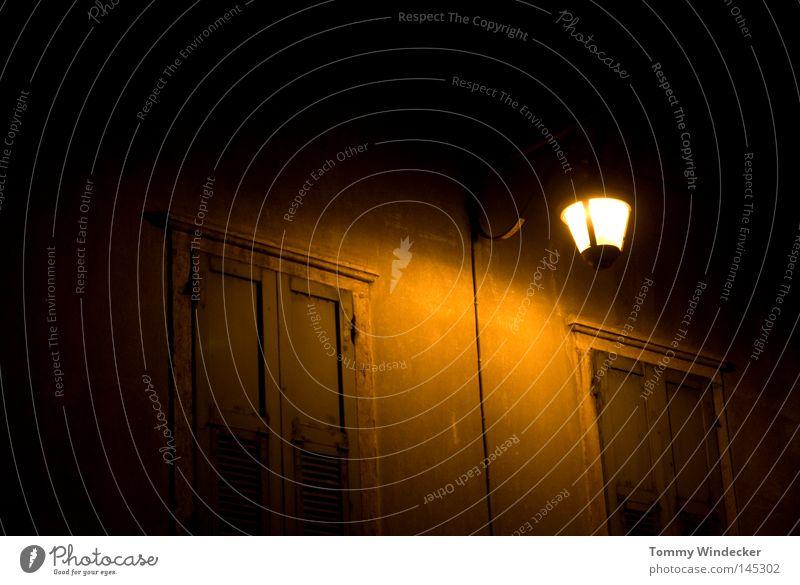 jack is back Laterne Straßenbeleuchtung Lampe Licht Haus Fassade Fensterladen Gebäude antik Gasse Wand Nacht Bauwerk Gaslaterne Nachtaufnahme Dämmerung