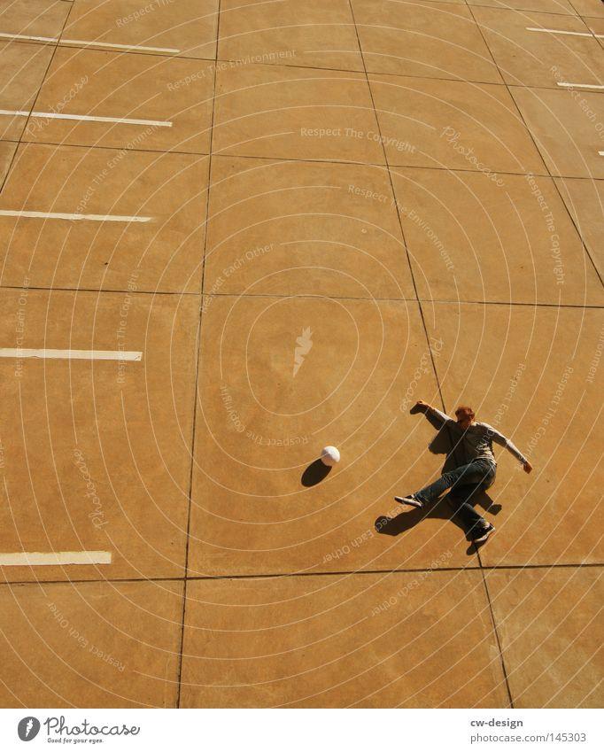 URBAN GAMES pt.VI Mensch Mann Jugendliche ruhig kalt Sport Spielen Stein Linie hell Freizeit & Hobby laufen fliegen Beton Fußball Ordnung