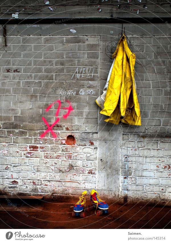 Freud und Leid blau rot Freude Ferne gelb kalt Wand Freiheit Traurigkeit Stein gehen dreckig nass frei groß leer