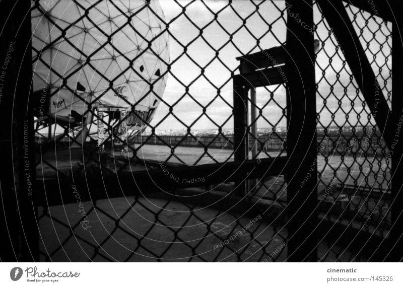 Hinter Gittern Zaun Tür Grunewald USA Radarstation Kugel Himmel Geräusch Stimmung Kontrolle unheimlich Dach Wind verfallen Einsamkeit zerstören Schwarzweißfoto