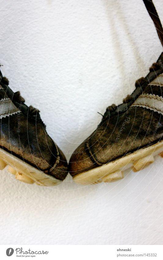 Spitzenspiel alt weiß schwarz Sport Fußball paarweise Leder Bildausschnitt Anschnitt aufhängen Objektfotografie Ballsport Schuhbänder Noppe Fußballschuhe