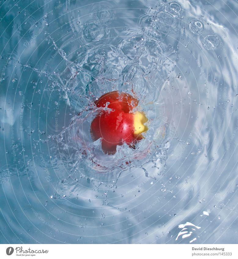 Apfelschorle Wasser rot Wellen Frucht nass frisch Wassertropfen Perspektive fallen Klarheit Apfel Flüssigkeit feucht Momentaufnahme Oberfläche Teich