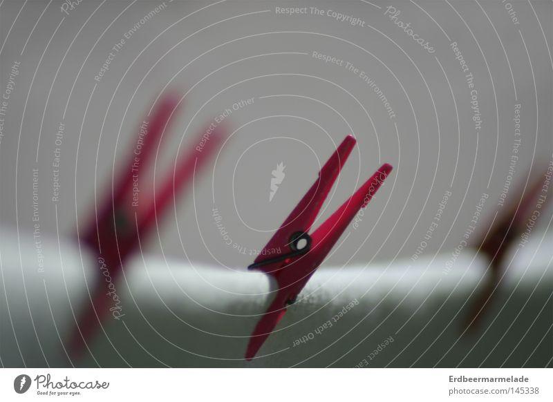 Rote Mitte rot Klammer Seil Wäscheleine Unschärfe weiß Bettlaken Makroaufnahme Nahaufnahme