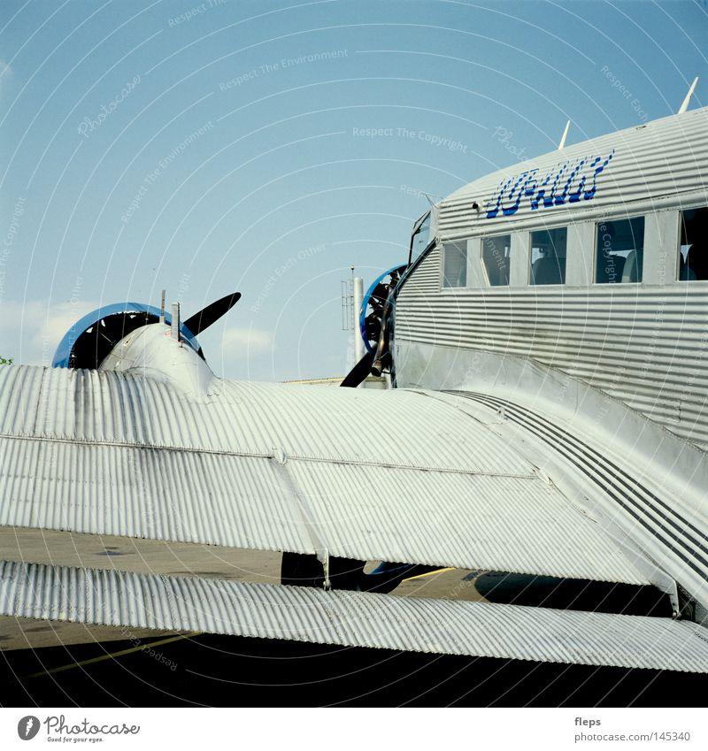 Ju Air Flugzeug fliegen Propeller alt Flughafen Geschwindigkeit groß international frei Freiheit Einsamkeit Außenaufnahme Luftverkehr Propellermaschine
