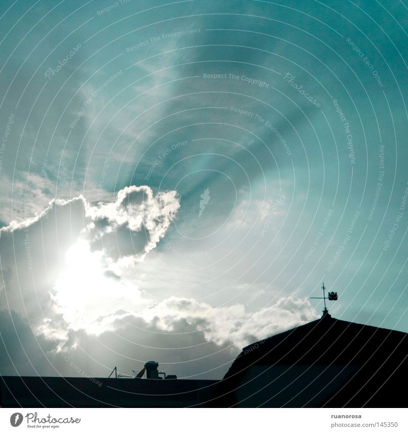Himmelshoch Gebäude Wolken Sonne Wetterhahn Decke Licht Schatten Tag blau