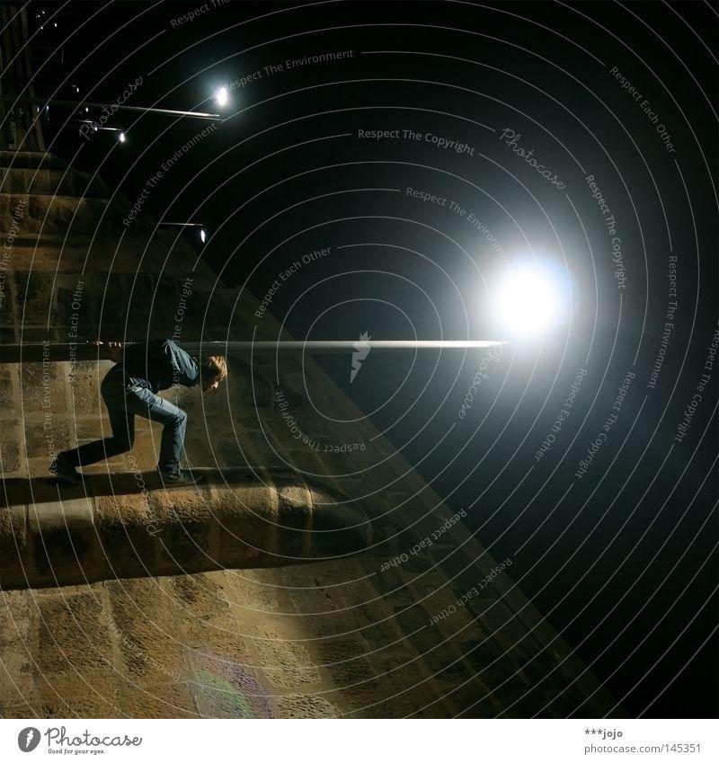 star wars. Nacht Langzeitbelichtung Ecke gedreht Schwerkraft Laterne Mauer dunkel Licht Bergsteigen Klettern Freeclimbing tragen Krieg Akrobatik Mensch Mann
