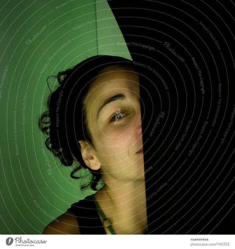 Erato Frau Haare & Frisuren Gardine Wand Auge Versteck verstecken schön Behaarung Lächeln Jugendliche Gesicht grün