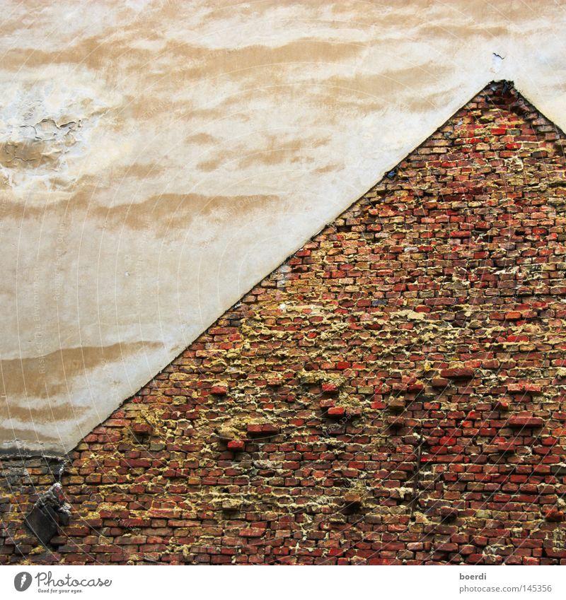 pYramide alt weiß rot Haus Wolken gelb Arbeit & Erwerbstätigkeit oben Stein Mauer Wege & Pfade Zeit Ordnung Dach kaputt Ende