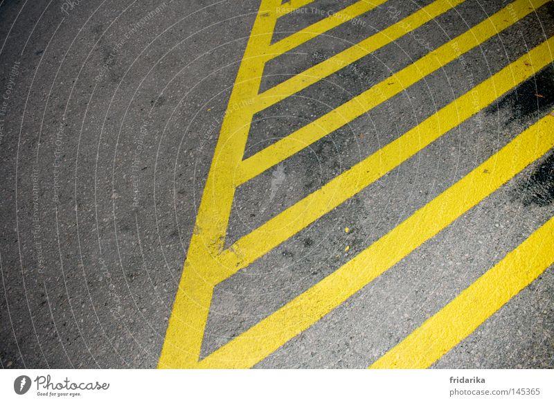 gestreift gelb Straße grau Wege & Pfade Verkehr Asphalt Streifen Verkehrswege diagonal Bildausschnitt Haltestelle Fahrbahn quer Fahrbahnmarkierung