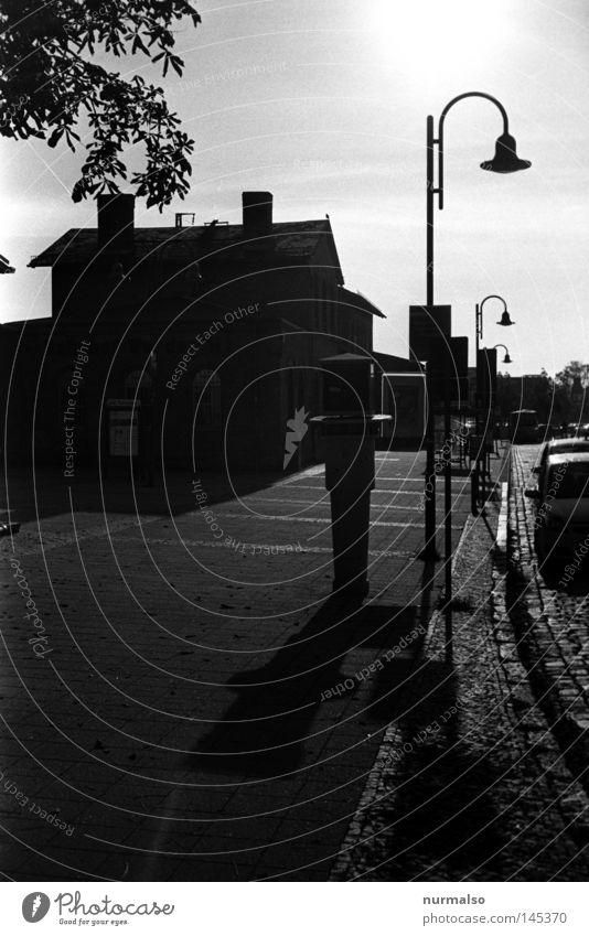 Morgen 2 im Speckgürtel Stadt Straße Berlin Stein Wege & Pfade Gebäude Stimmung Eisenbahn Ziel analog Station Laterne Bürgersteig Bahnhof Schnellzug Halt