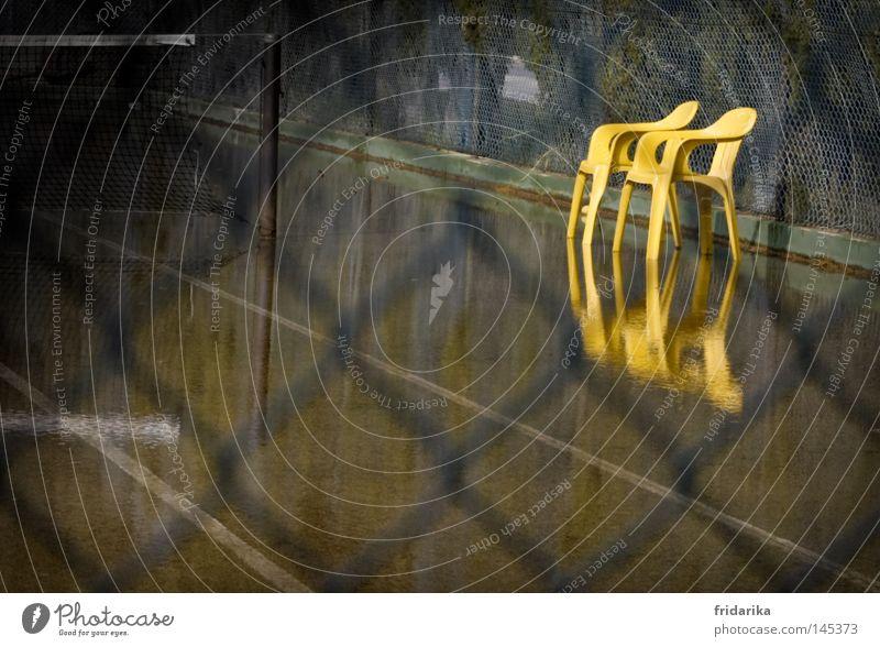 wassersport Freizeit & Hobby Stuhl Wasser gelb Maschendraht Zaun eingezäunt Tennisplatz Sportplatz Reflexion & Spiegelung Regenwasser Pfütze Pause Game over