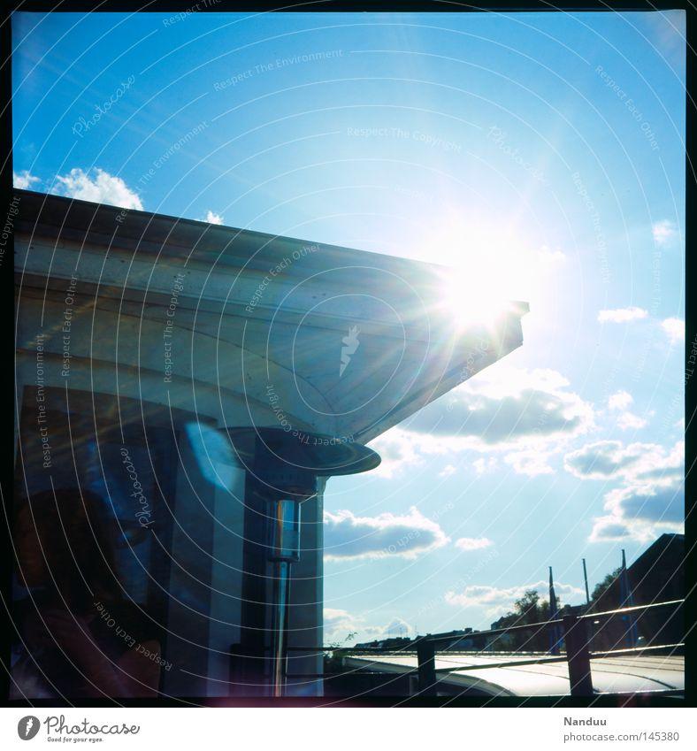 über dem Zenit Dach Vordach Himmel Sommer Sonne Abend Gegenlicht analog Dia Mittelformat Quadrat Filmindustrie Wolken blau Sonnenstrahlen ruhig Blendenfleck