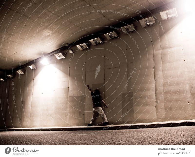 NACHTSCHWÄRMER Mann dunkel Straße Wand Wege & Pfade Religion & Glaube Stein Lampe hell Linie Beleuchtung Angst Arme dreckig hoch Beton
