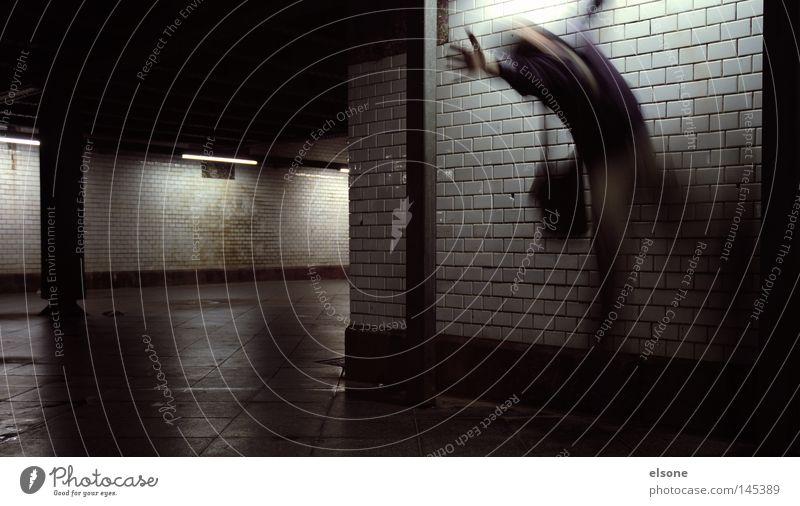 ::BUUUHHH:: Mensch Mann Angst Tunnel Geister u. Gespenster Panik erschrecken Unterführung