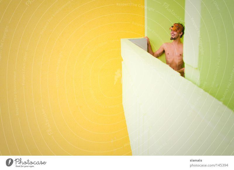 woofwoofhooray gelb grün Maske nackt lachen Freude grinsen Balkon diagonal Perspektive Neubau dumm Beton Bart Mann verkleiden verkleidet Karneval