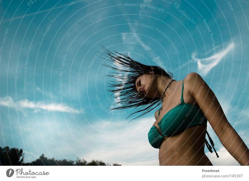 kondensmilch Frau Himmel blau Wasser schön Sommer Freude Wolken Gesicht Erotik Haare & Frisuren Stil Linie Wind nass Aktion