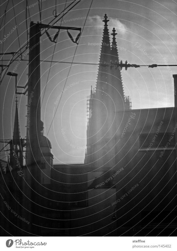 Photokina, bitte aussteigen Köln Dom Eisenbahn Elektrizität Stadt schwarz weiß Religion & Glaube Kirche Zufahrtsstraße Gotteshäuser Wahrzeichen Denkmal Kölle