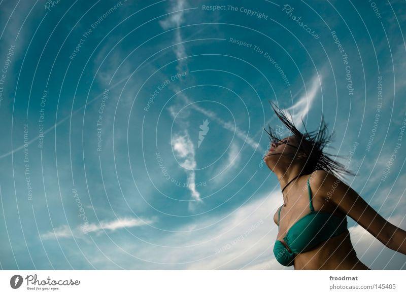 himmelskörper Frau Himmel blau Wasser schön Sommer Freude Wolken Gesicht Erotik Haare & Frisuren Stil Linie Wind nass Elektrizität