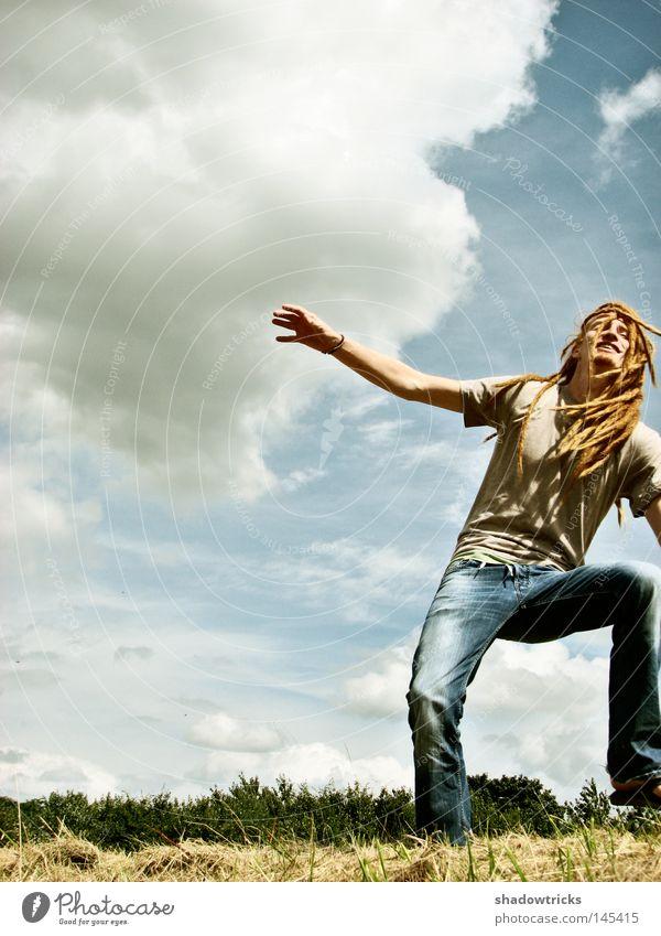 Weit draußen Mensch Himmel Mann Natur blau grün rot Ferien & Urlaub & Reisen Sonne Sommer Wolken Wiese Landschaft Berge u. Gebirge Freiheit Haare & Frisuren