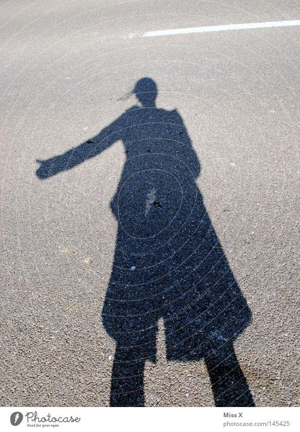 the hitchhiker Farbfoto Außenaufnahme Schatten Silhouette Frau Erwachsene Hand Schönes Wetter Straße Wege & Pfade Stein fahren grau schwarz Schattenspiel