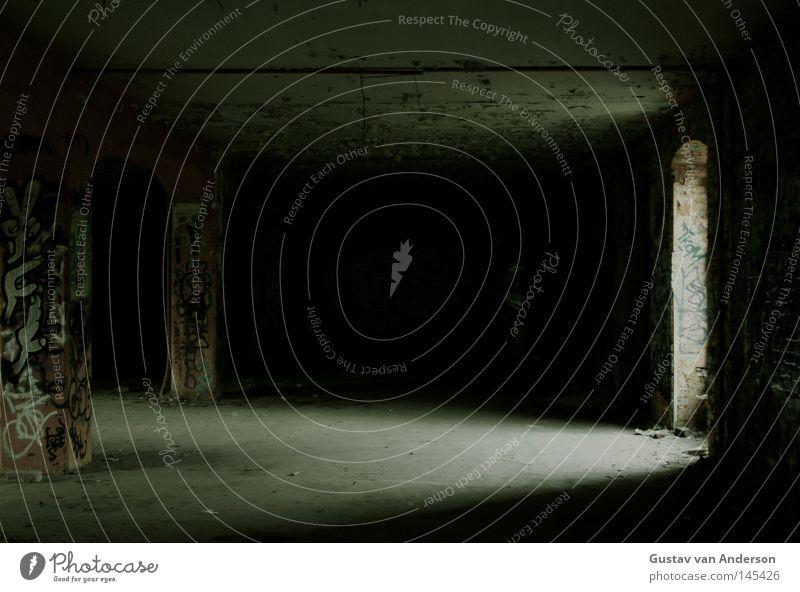 Licht ins Dunkle alt grün Einsamkeit Haus schwarz dunkel Gebäude Raum leer verfallen Ruine Demontage Leerstand Unterkunft