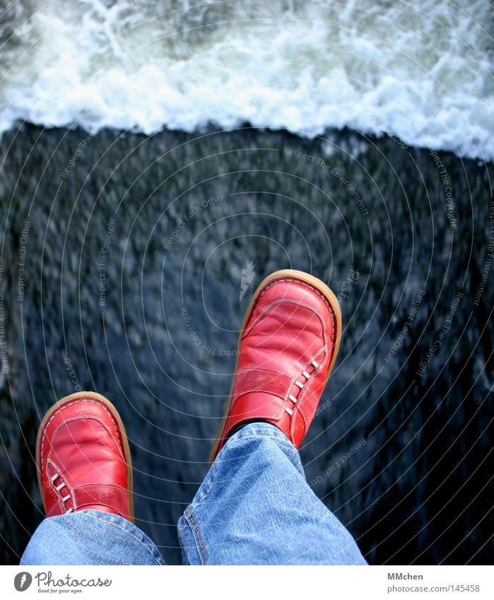 jump! Am Rand Mauer Schuhe Überschreitung rot Wut Ärger Wasser Fluss Stein Felsen Brücke Jeanshose übergetreten rote Schuhe Angsthase spring´doch! Traurigkeit