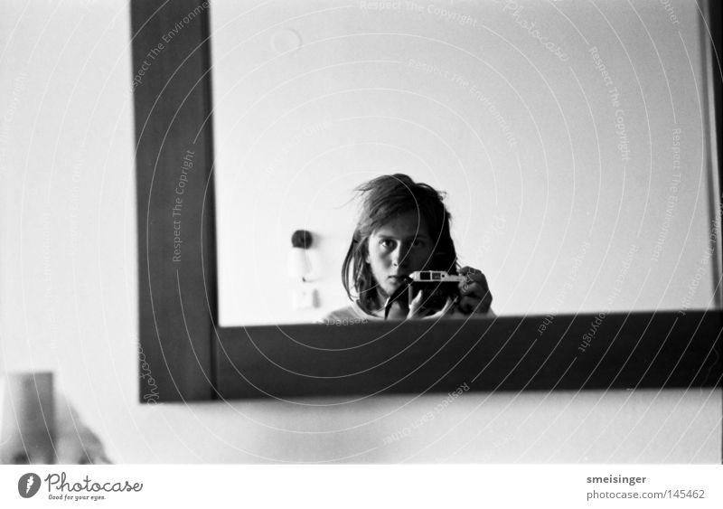 haare wo oben so ein bisschen was wegsteht. Selbstportrait Spiegel Schwarzweißfoto Hotelzimmer Kontrast schwarz Nase Gesicht Mund Mann Jugendliche apx100